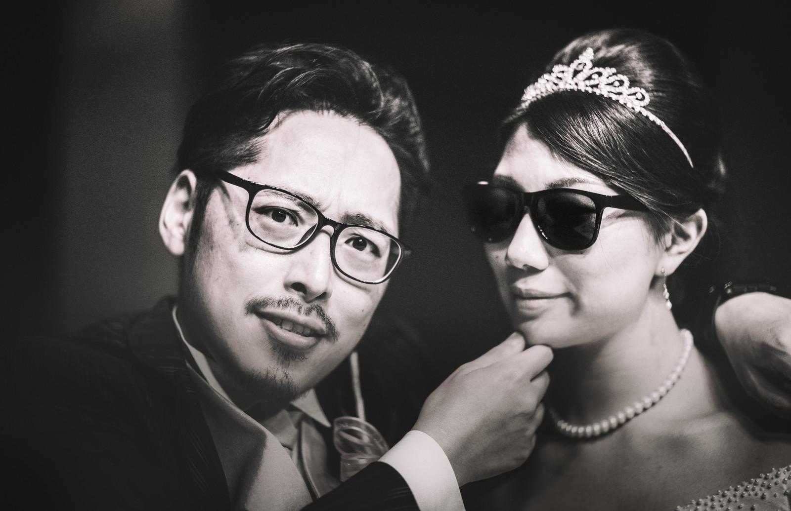 新婚夫婦がサングラスをかけてコチラを見ている画像