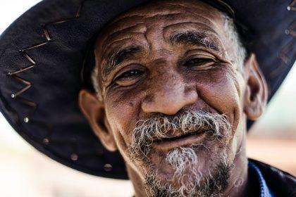 笑顔の年老いた男性