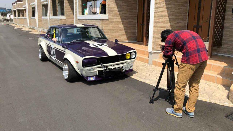 車を撮影している人